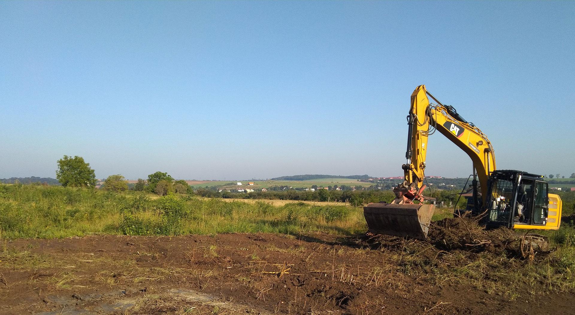 Čištění pozemku a skrývka ornice